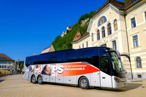 Ein Bus der Busreisen Philipp Schaedler Anstalt, aufgenommen am Donnerstag, 19. April 2018, vor dem Regierungsgebaeude in Vaduz. Foto & Copyright: Eddy Risch.