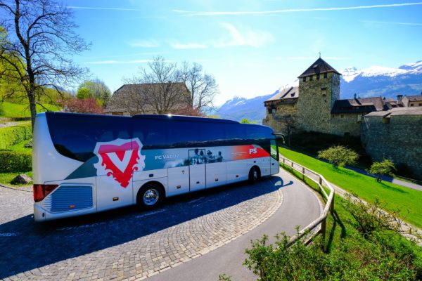 Ein Bus der Busreisen Philipp Schaedler Anstalt, aufgenommen am Mittwoch, 18. April 2018, auf Schloss Vaduz. Foto & Copyright: Eddy Risch.