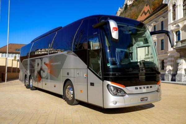 Ein Bus der Busreisen Philipp Schaedler Anstalt, aufgenommen am Samstag, 7. November 2020, vor dem Regierungsgebaeude in Vaduz. Foto & Copyright: Eddy Risch.